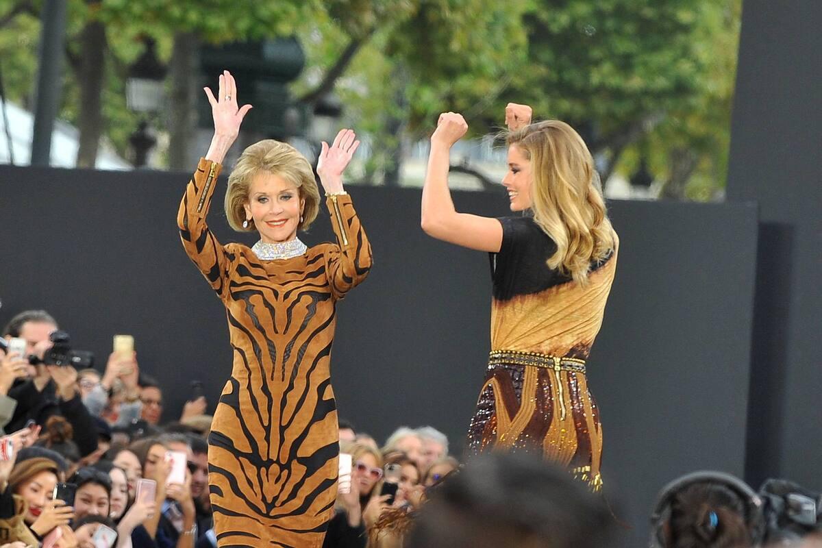 72-летняя Хилен Миррен и 79-летняя Джейн Фонда вышли на подиум в Париже