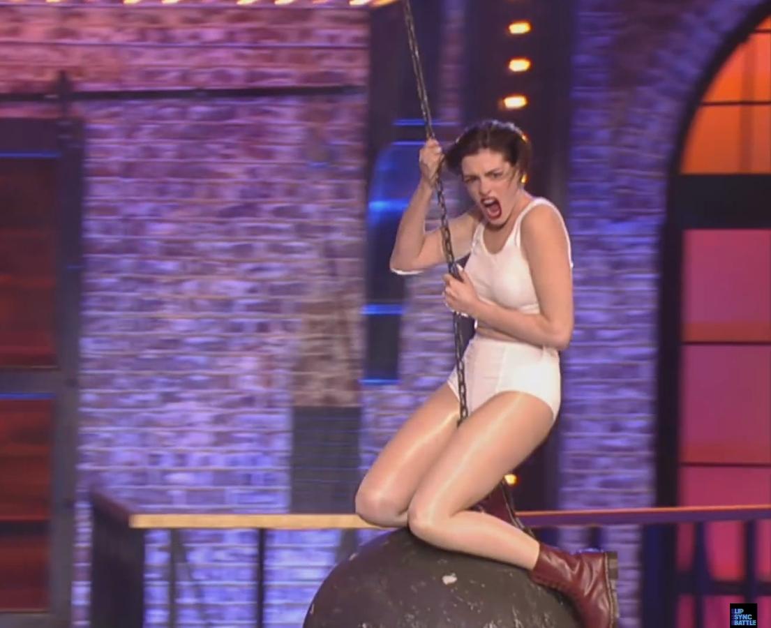Wrecking Ball: Энн Хэтэуэй снялась  в пародии на Майли Сайрус