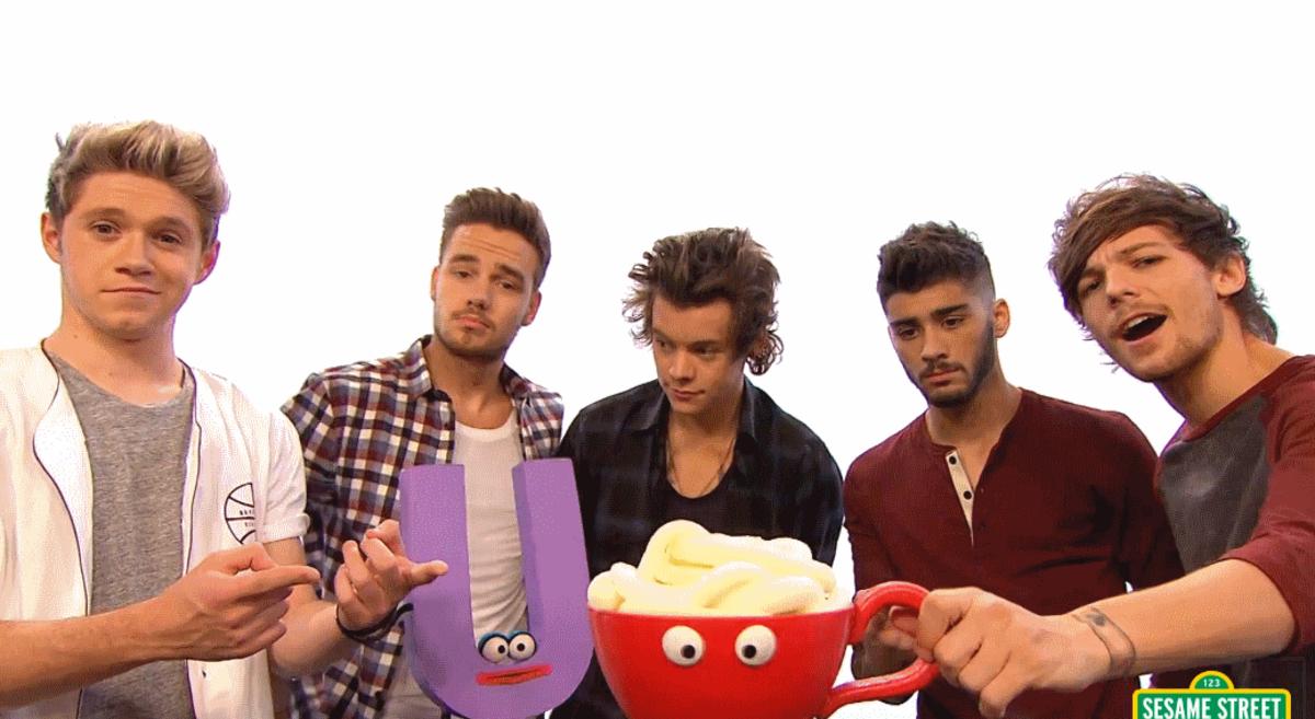 """Видео: One Direction поют на """"Улице Сезам"""""""