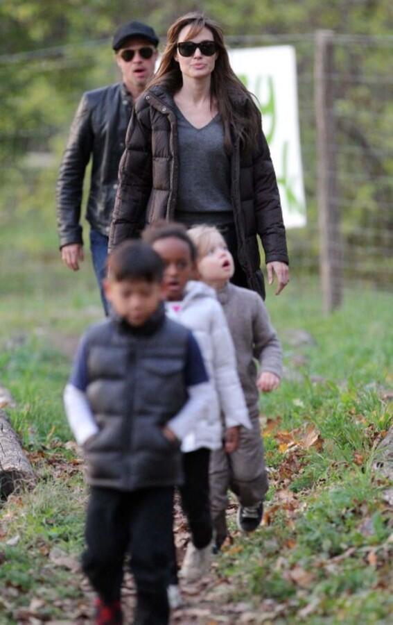 Видео: Анджелина Джоли и Брэд Питт гуляют с детьми в парке в Будапеште