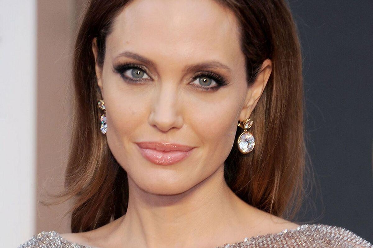 Анджелину Джоли застали в компании нового мужчины