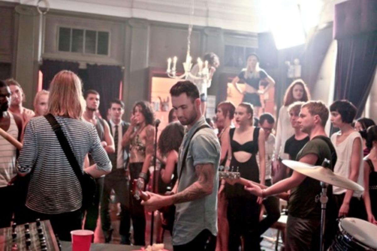 Музыкальный клип Maroon 5 – Give A Little More