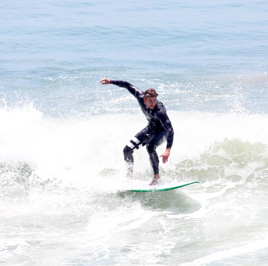 Лиам Хемсворт ловит волну на пляже Малибу
