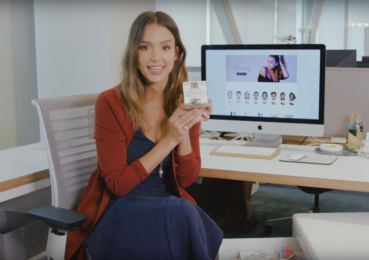 Джессика Альба показала, что хранится в ее рабочем столе