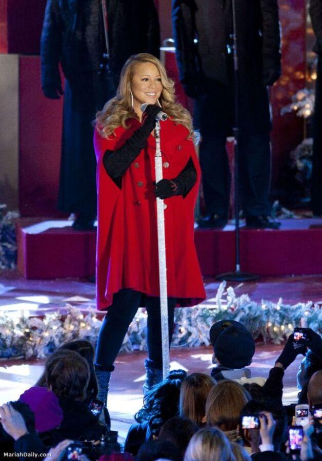 Мэрайя Кэри исполнила свой рождественский хит перед центром Рокфеллера