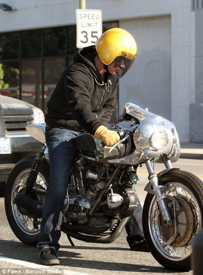 Брэду Питту не везет с мотоциклами