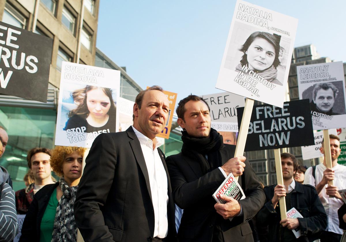 Джуд Лоу и Кевин Спейси устроили митинг в центре Лондона