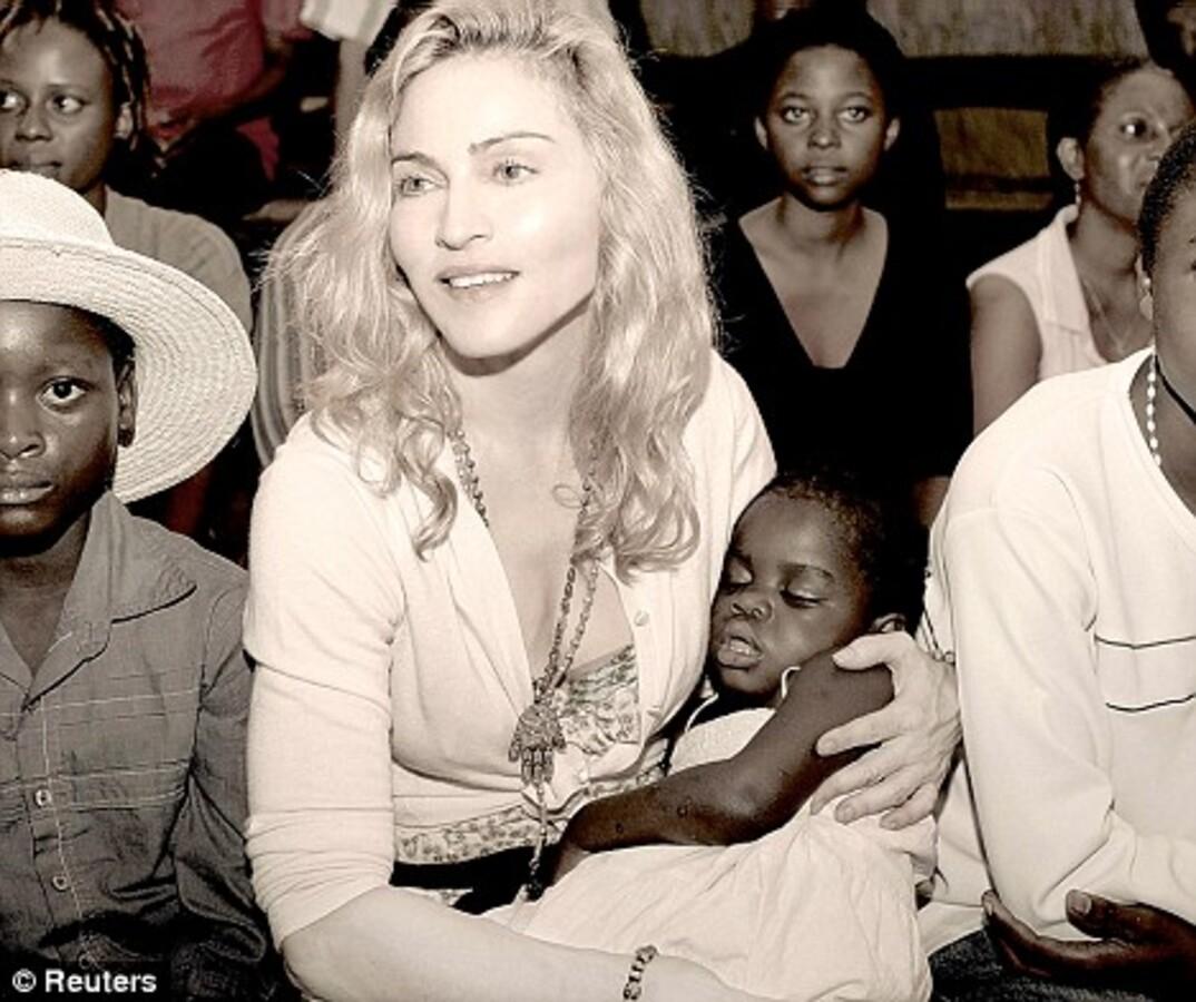Мадонна задарила подарками малавийских детей