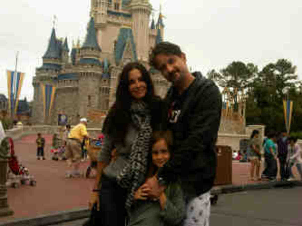 Кортни Кокс с дочерью Коко и Дэвидом Аркеттом в Диснейленде