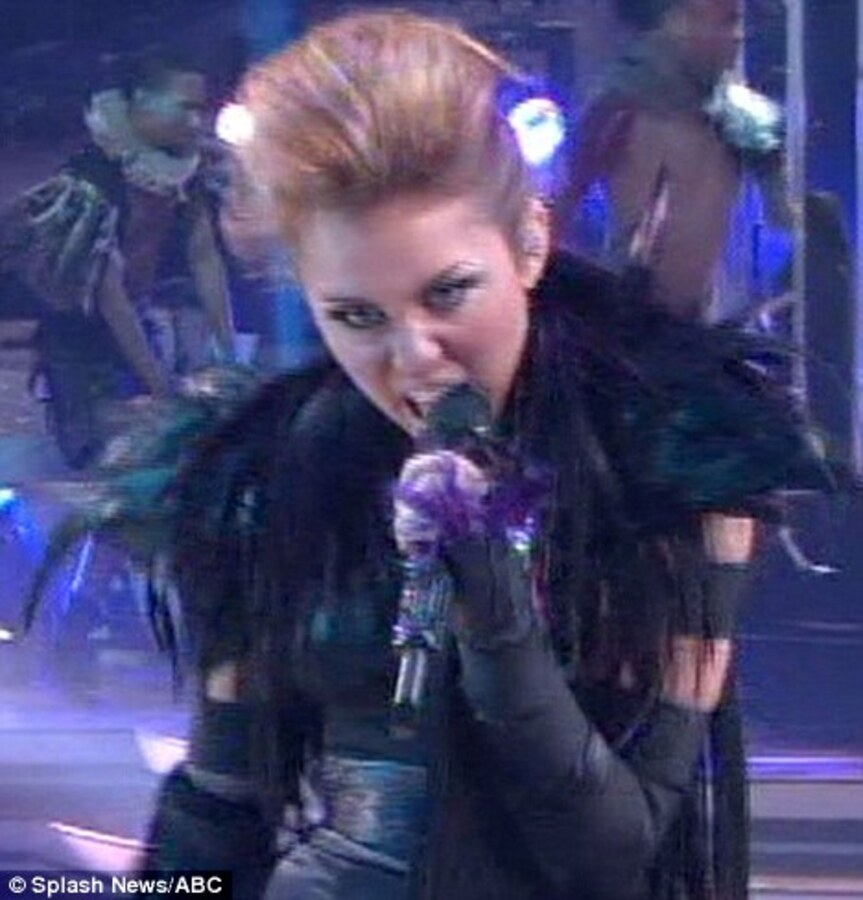 "Видео: Майли Сайрус исполнила ""Can't Be Tamed"" на шоу Танцы со звездами"