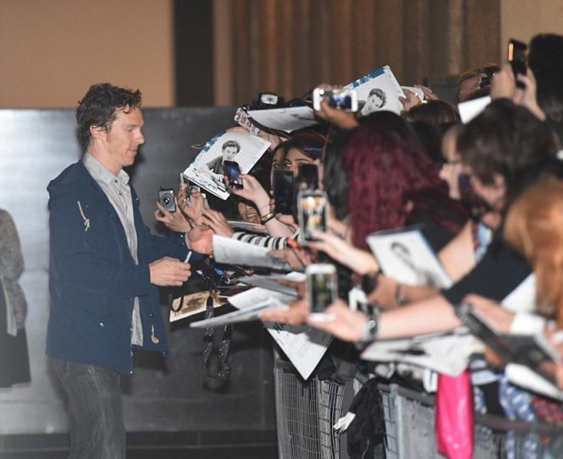Фото: Бенедикт Камбербэтч устроил автограф-сессию фанатам после спектакля