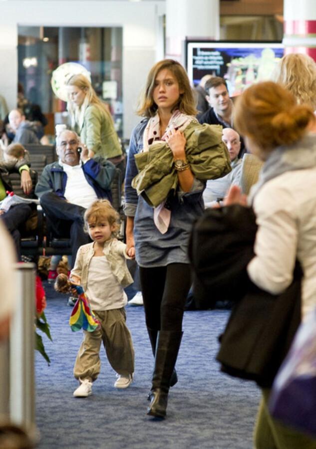 Джессика Альба с семьей отправились в Мексику