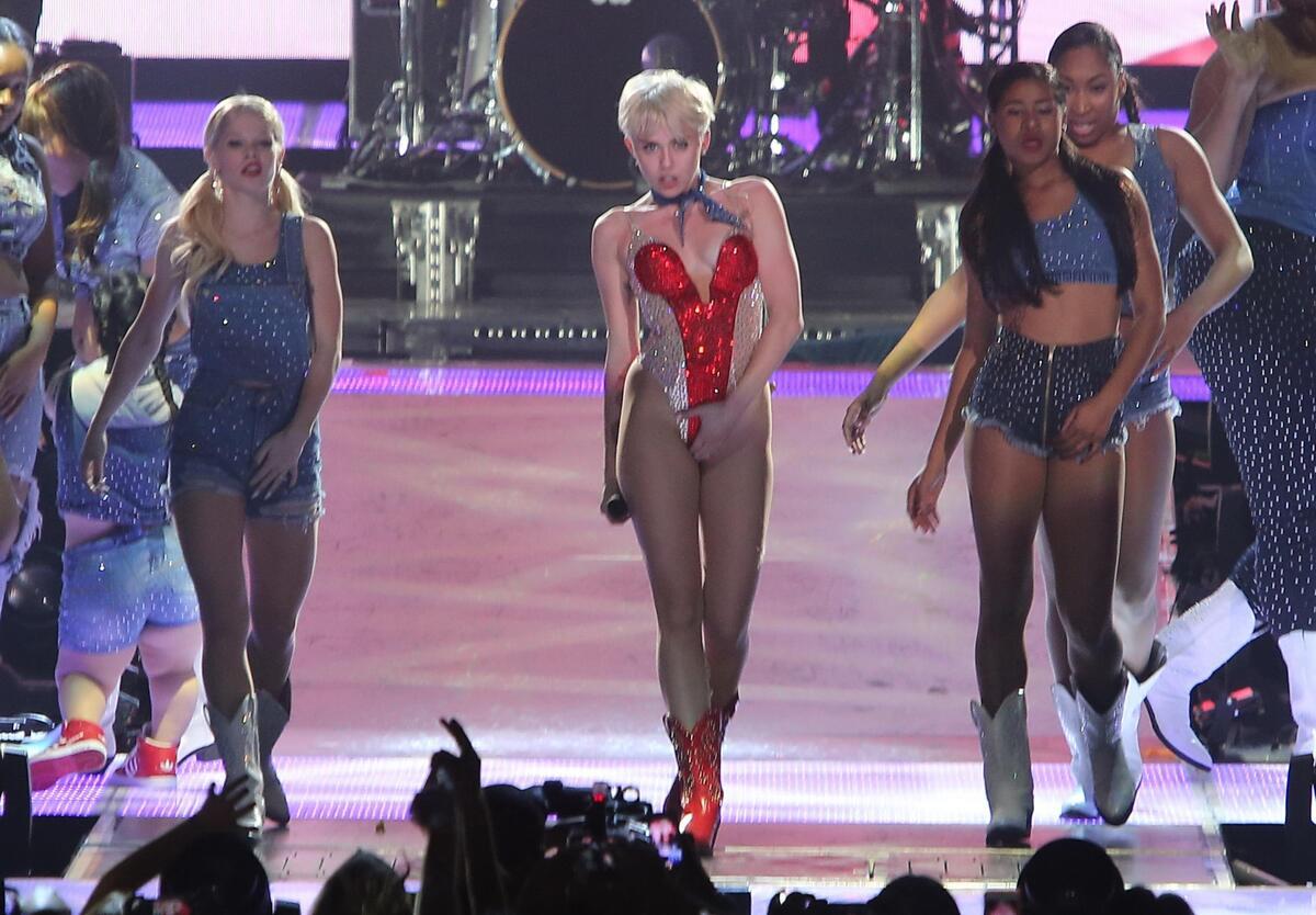 Видео: Майли Сайрус защитила зрителя от охраны на концерте