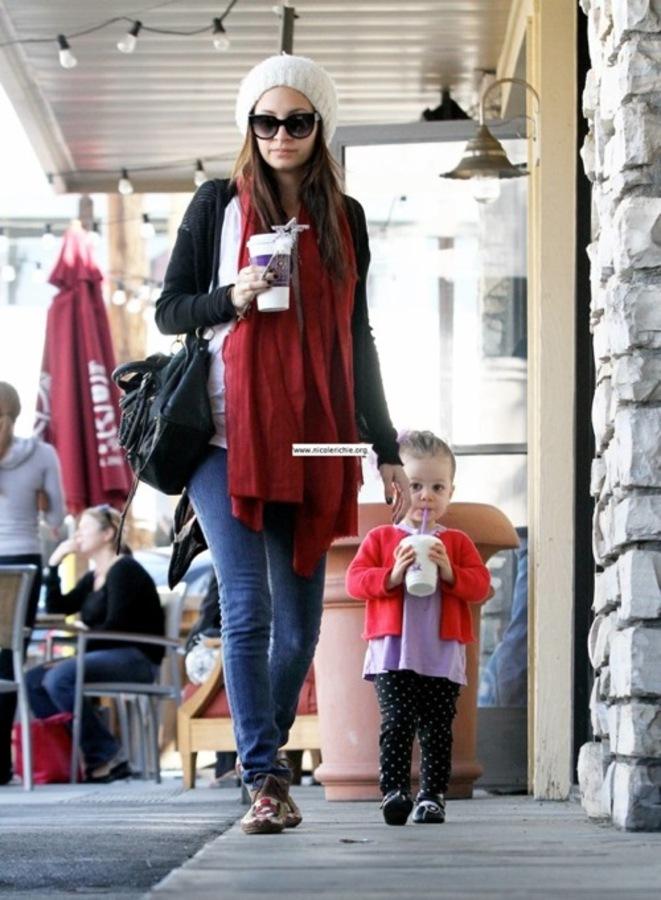 Николь Ричи и с дочерью в кафе Coffee Bean and Tea Leaf