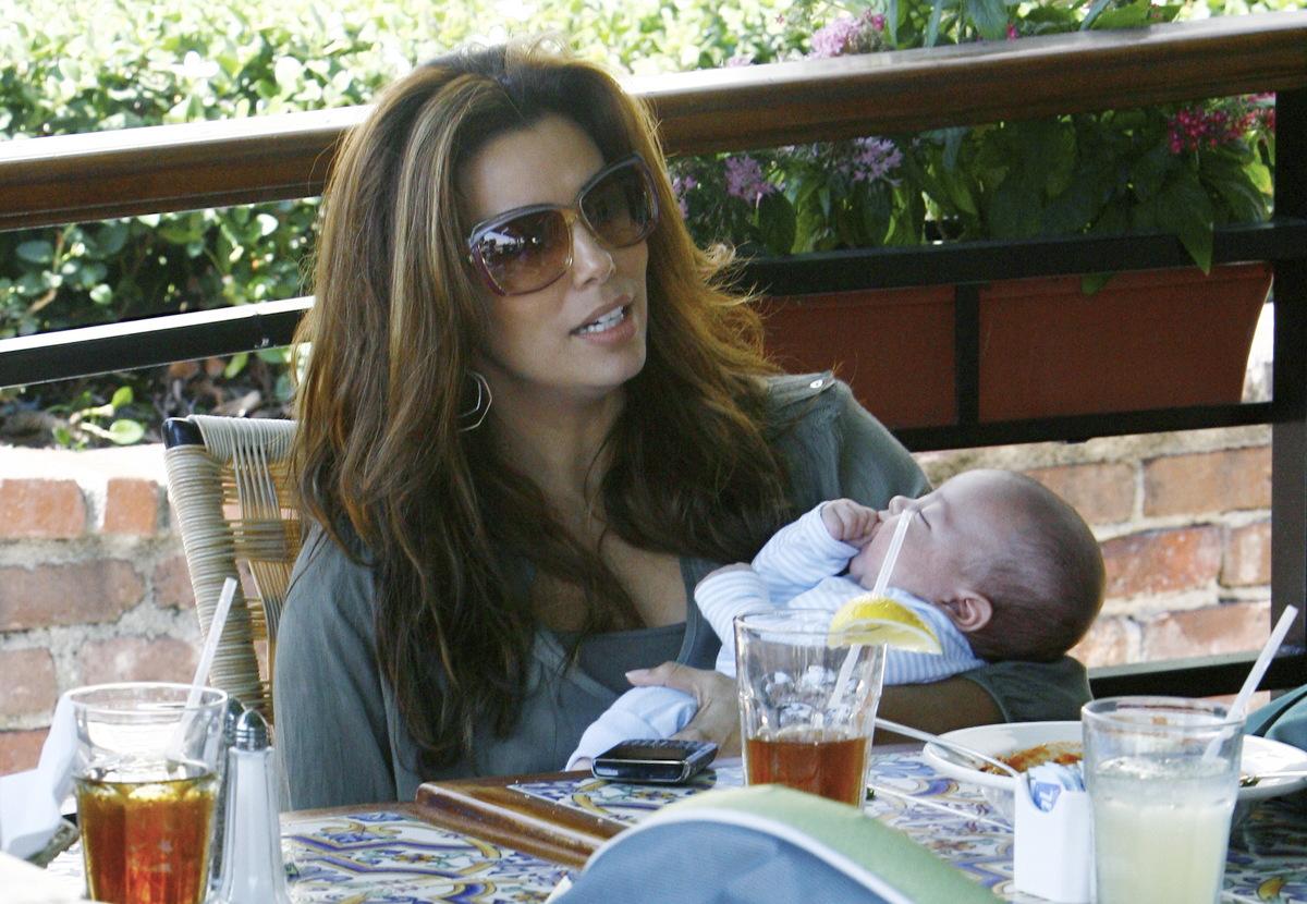 Ева Лонгория усыновила ребенка?