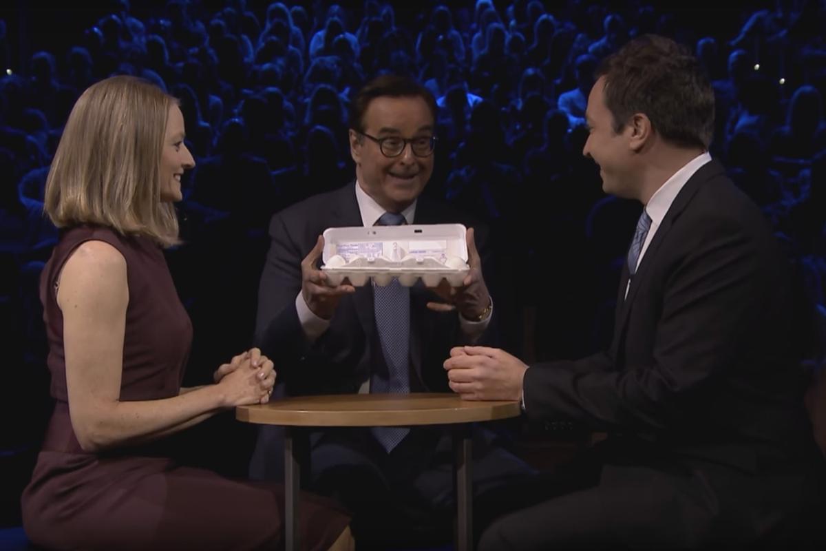 Видео: Джоди Фостер и Джимми Фэллон сыграли в яичную русскую рулетку