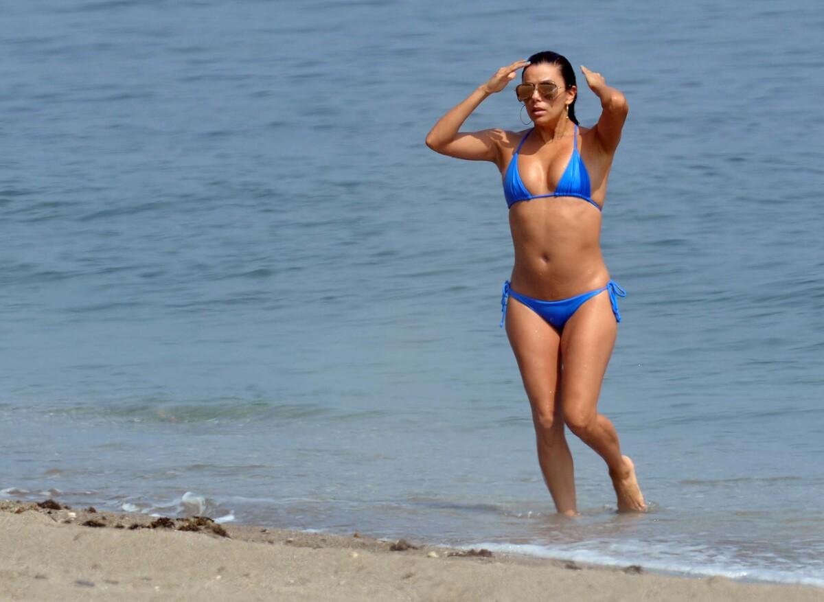 40-летняя Ева Лонгория отдыхает на пляже в Испании