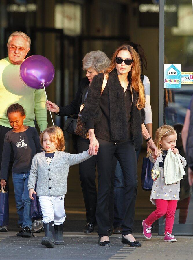 Анджелина Джоли с детьми и родителями Питта в Будапеште