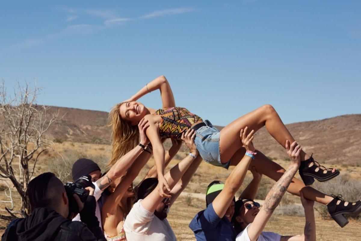 Хейли Болдуин снялась в рекламе новой коллекции H&M для фестиваля Coachella