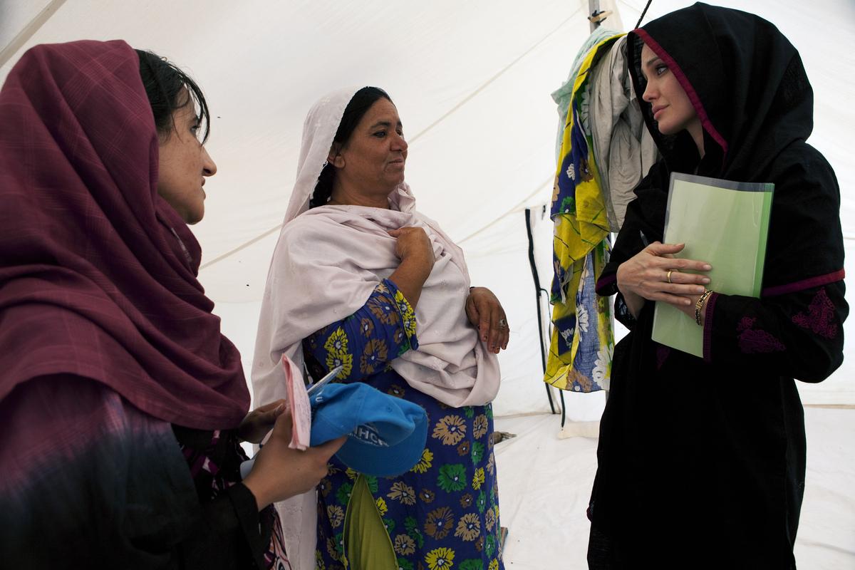 У Джоли не получилось сойти за свою в Пакистане