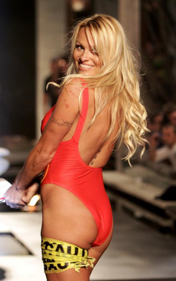 Памела Андерсон вновь примерила красный купальник