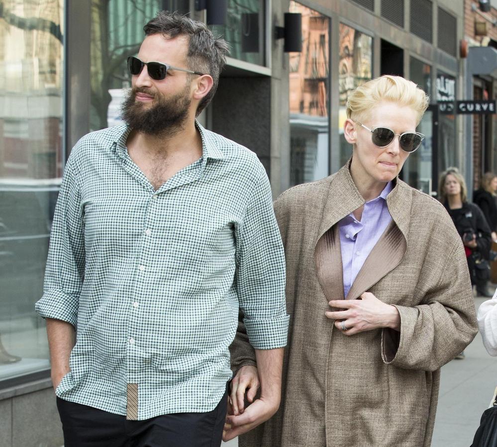 Тильда Суинтон на прогулке с бойфрендом в Нью-Йорке