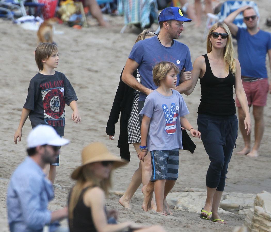 Гвинет Пэлтроу и Крис Мартин с детьми на пляже
