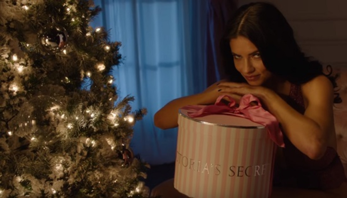 """Адриана Лима, Алессандра Амбросио и другие """"ангелы"""" в рождественском видео Victoria's Secret"""