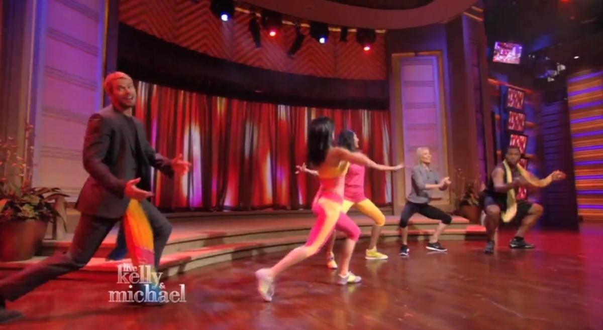 Видео: Келлан Латс осваивает индийские танцы
