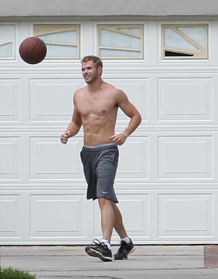 Келлан Латс играет в баскетбол