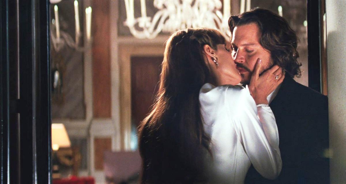 Сцену в душе Анджелины Джоли и Джонни Деппа в фильме «Турист» вырезали