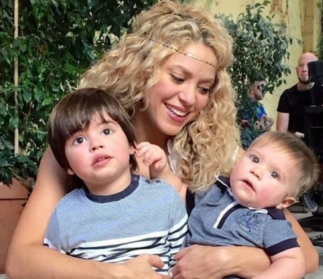 Видео: Шакира учит двухлетнего сына читать