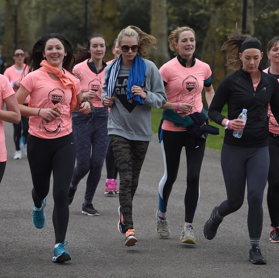 Кара Делевинь приняла участие в благотворительном забеге на 5 километров