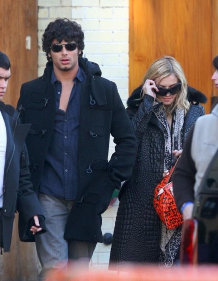 Мадонна выдает Хесусу деньги на карманные расходы