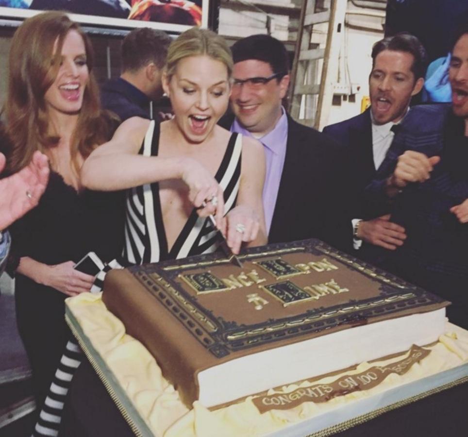 Фото: звезды сериала «Однажды в сказке» празднуют юбилейный 100-й эпизод