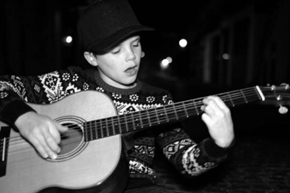11-летний сын Дэвида и Виктории Бекхэм начал карьеру певца