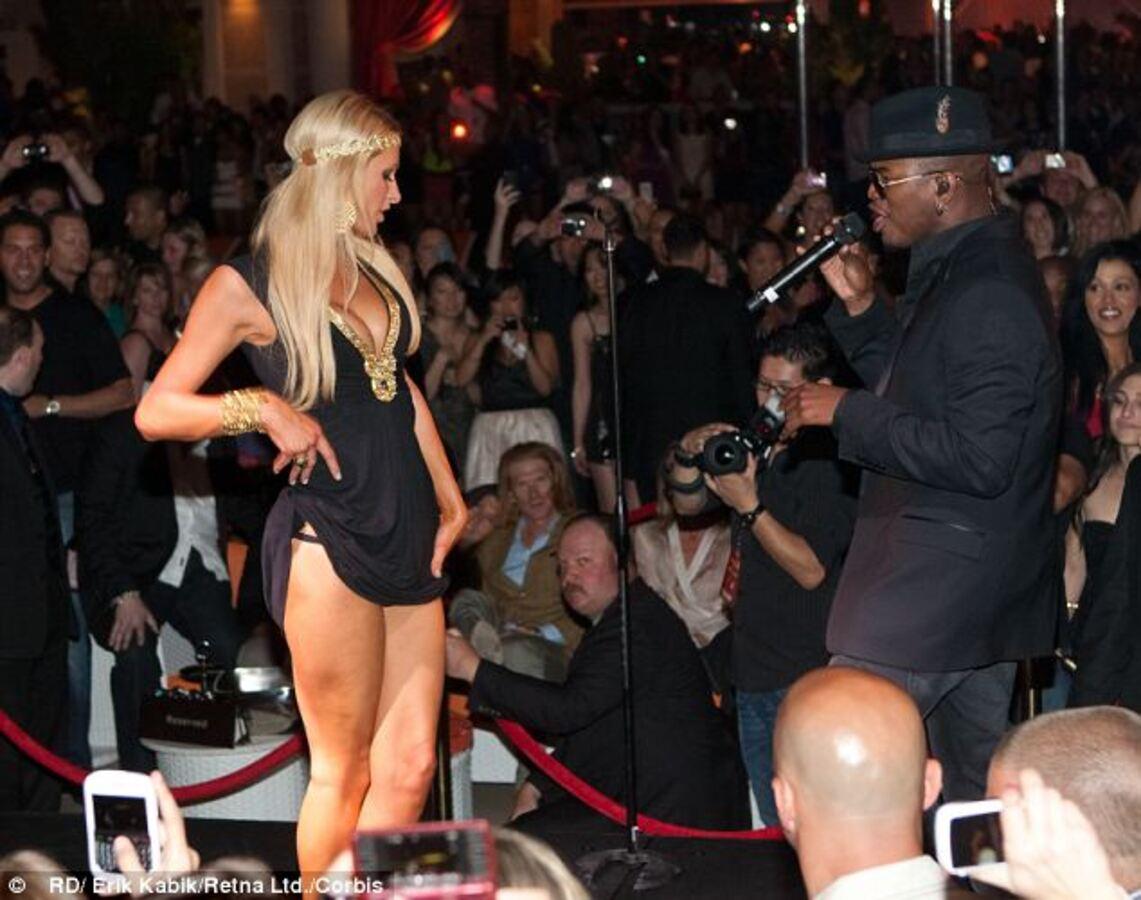 Видео: Пэрис Хилтон станцевала на сцене во время выступления Ne-Yo