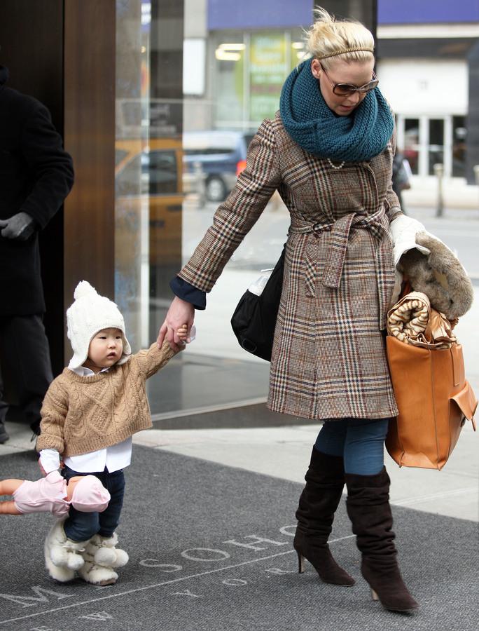 Кэтрин Хайгл с дочерью в аэропорту Нью-Йорка