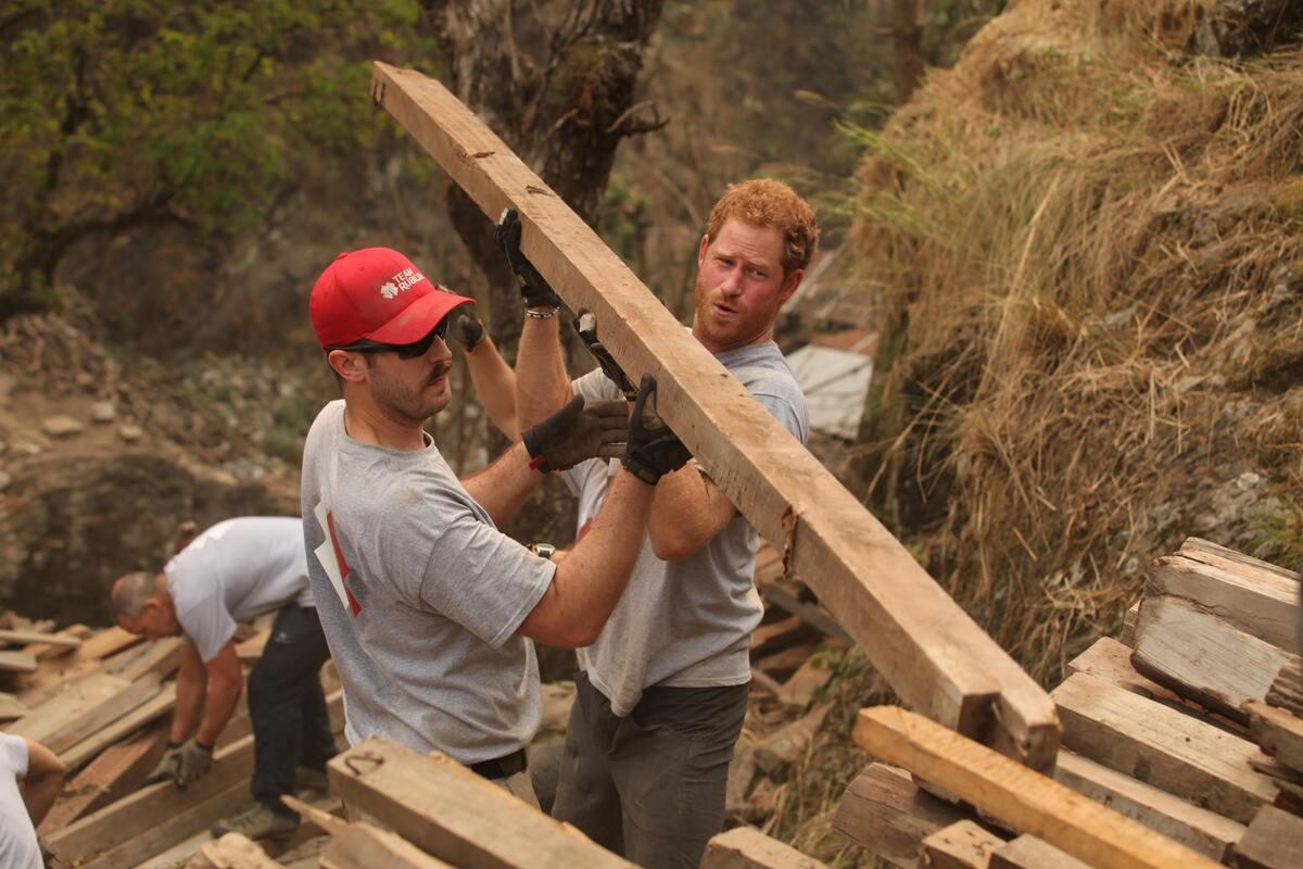 Принц Гарри помог строителям в Непале