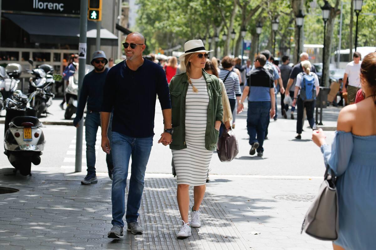 Беременная Бар Рафаэли отдыхает с мужем в Барселоне