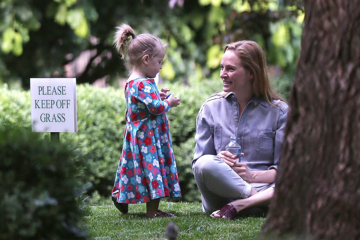 Ума Турман на прогулке с дочкой
