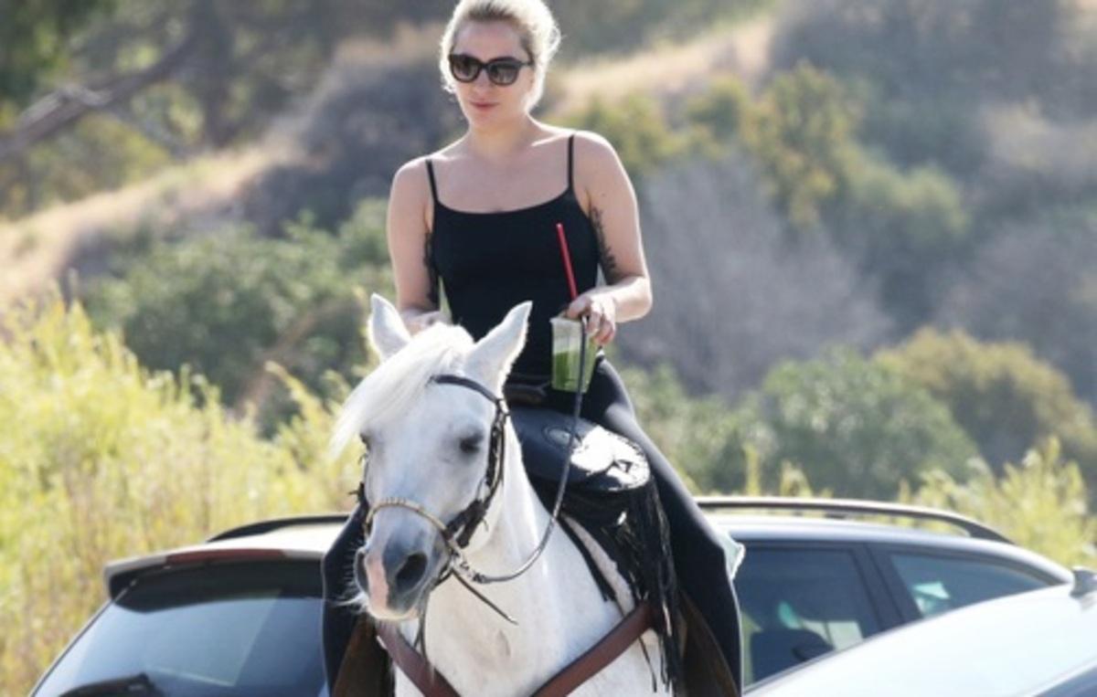 Леди Гага ездит на лошади за продуктами