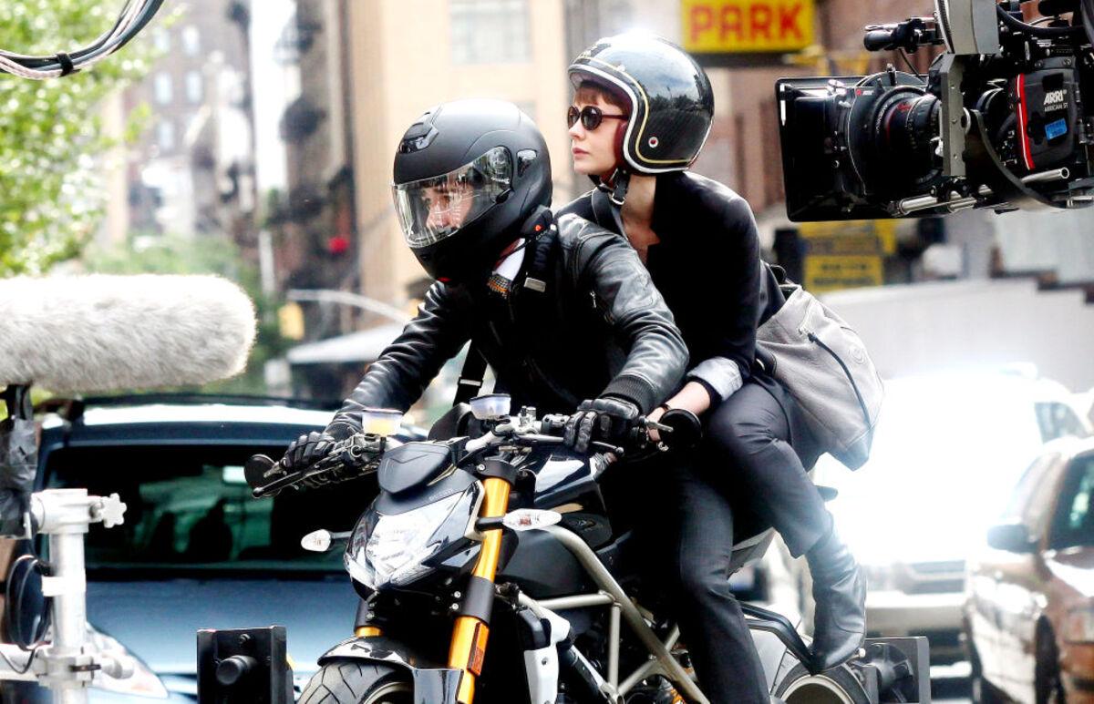 Шайа ЛаБаф на съемках фильма «Уолл-Стрит 2»