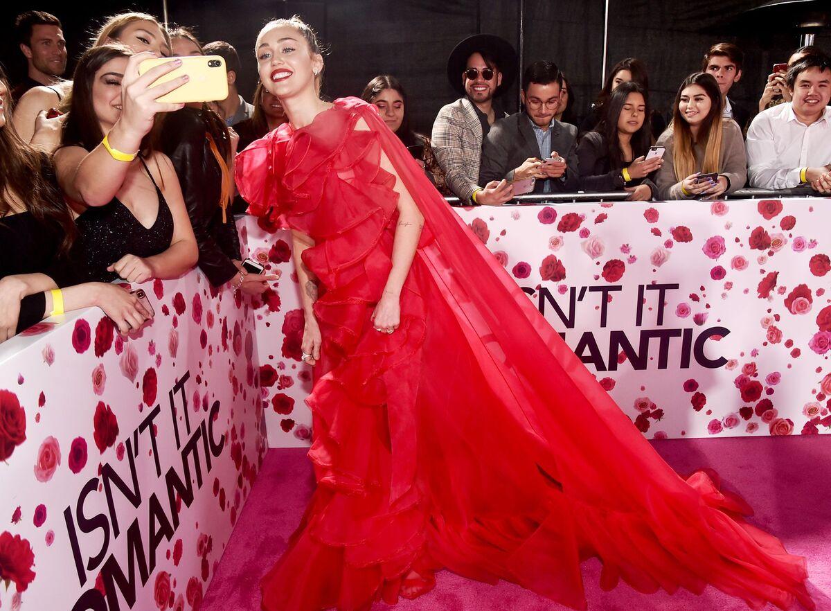 Майли Сайрус пришла на премьеру фильма Лиама Хемсворта вместо него из-за госпитализации актера