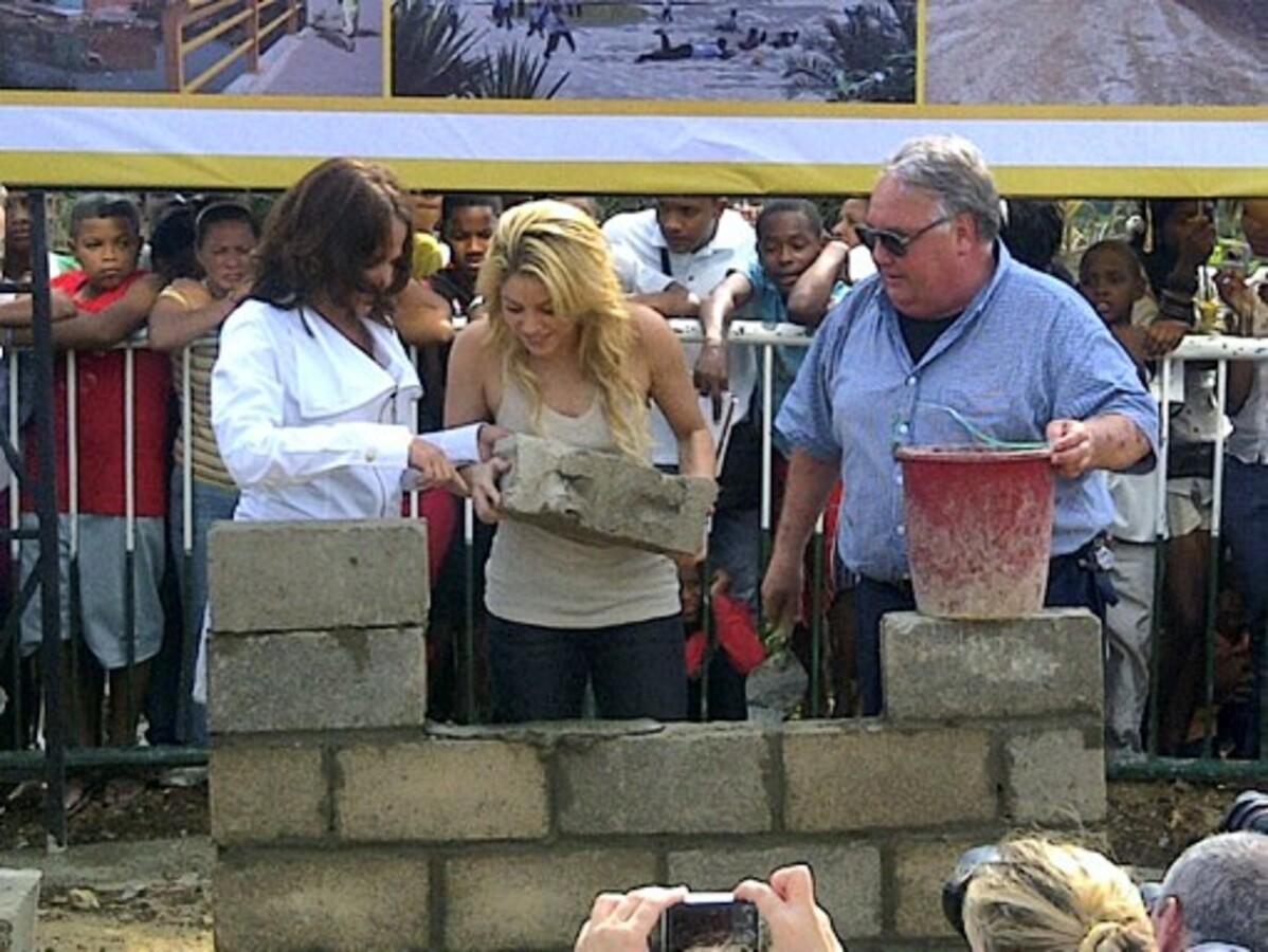 Шакира заложила первый кирпич школы для детей из бедных семей