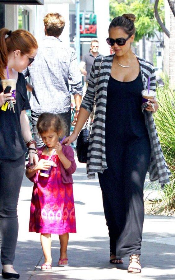 Джессика Альба с дочерью на прогулке в Лос-Анджелесе