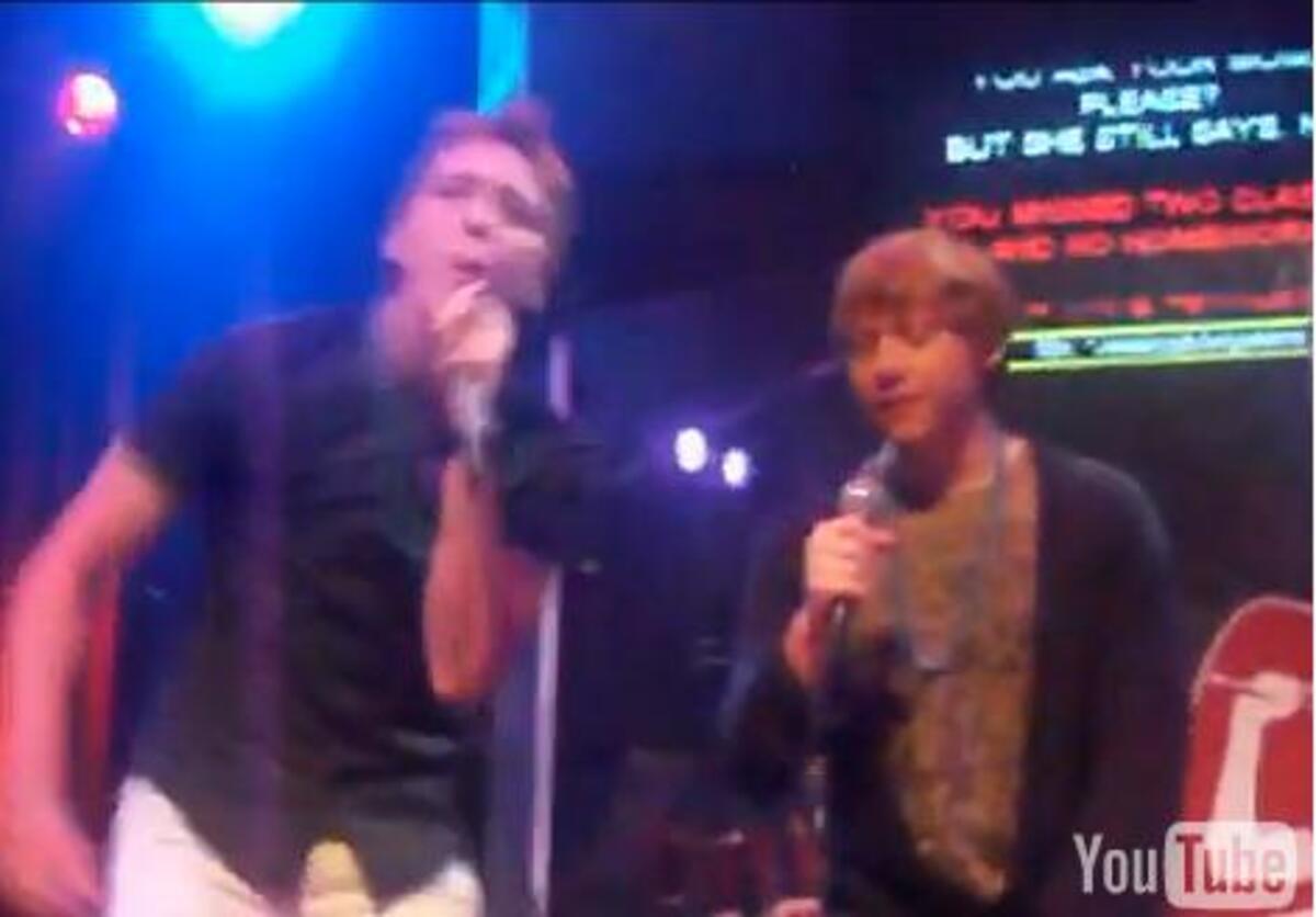 Видео: Руперт Гринт и Оливер Фелпс поют караоке