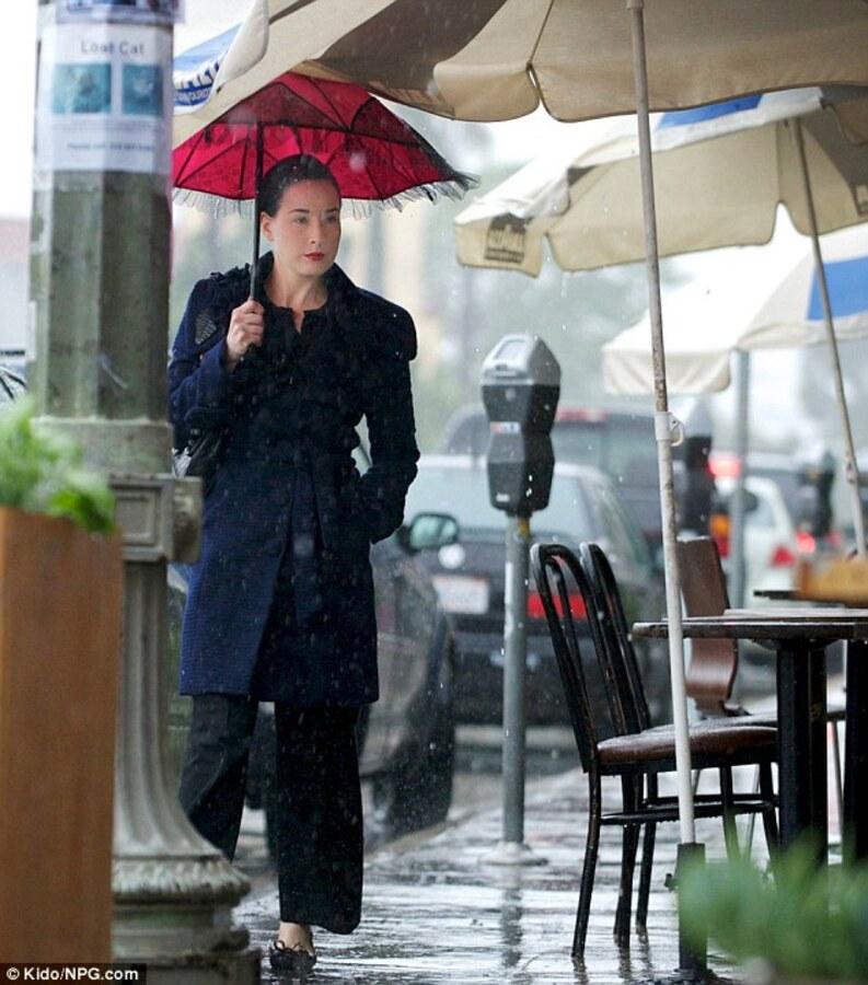 Дита фон Тиз любит прогулки под дождем