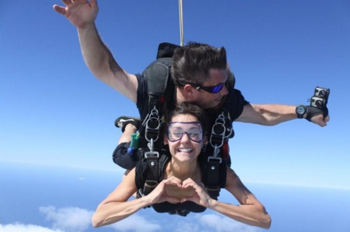 Звезда «Дневников вампира» Нина Добрев увлеклась прыжками с парашютом