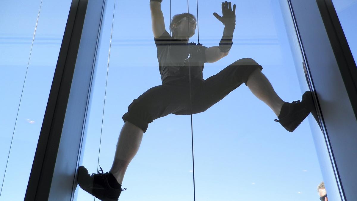 Видео: Том Круз покоряет небоскреб Бурдж-Халифа
